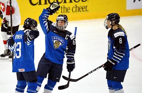 Michelle Karvinen juhlii (vas.) Suomen maalia. Jenni Hiirikoski ja Ella Viitasuo onnittelemassa.
