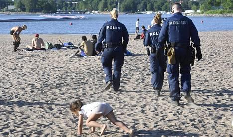 Juhannusyön tapahtumien vuoksi poliisi tehosti valvontaa Hietaniemen rannalla illalla 20. kesäkuuta.