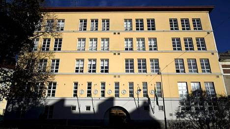 Kallion lukion teatterin lehtoria syytetään oppilaiden ahdistelusta ja epäasiallisesta käytöksestä.