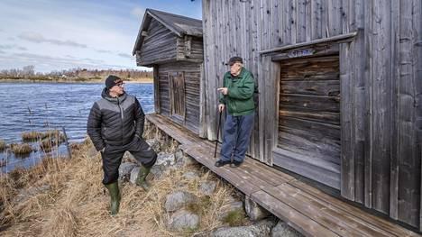 Ralf (vas.) ja Gustav Nybond Bodbackin vanhassa kalasatamassa. Maa on noussut, ja vedet satamassa kävivät liian mataliksi, joten enää ei kalastajia näy. Gustav Nybond muistelee, että juuri kyseisellä laiturilla hänellä oli 75 vuotta sitten haukisumppu.