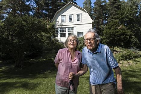 """Vartiosaaressa asuu korkeasti koulutettua väkeä, kuten juristeja ja arkkitehteja. Ulf Hagert on sisätautien erikoislääkäri. """"Tämä pappa alkaa olla myös saaren vanhin"""", sanoo vaimo Iris Hagert."""