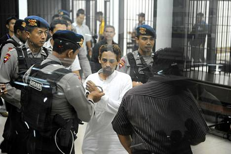 Umar Patek (kes.) sen jälkeen kun oikeusistuin antoi langettavan tuomionsa torstaina Jakartassa.
