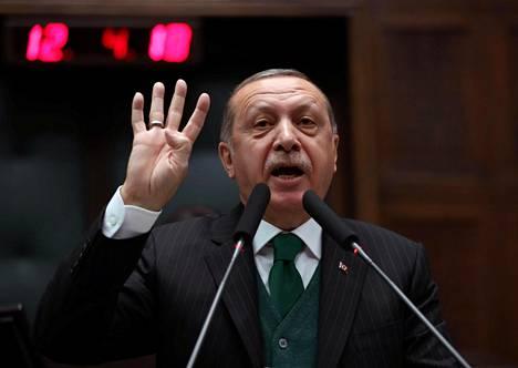 Turkin presidentti Recep Tayyip Erdoğan on arvostellut kovasanaisesti niitä, jotka allekirjoittivat vuonna 2015 rauhanvetoomuksen Kaakkois-Turkin kurdialueiden puolesta.