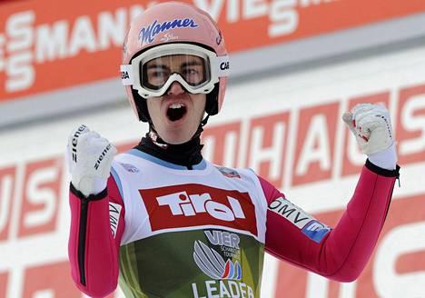 Mäkiviikon kokonaiskilpailua johtava Stefan Kraft juhli Innsbruckissa kakkostilaansa.