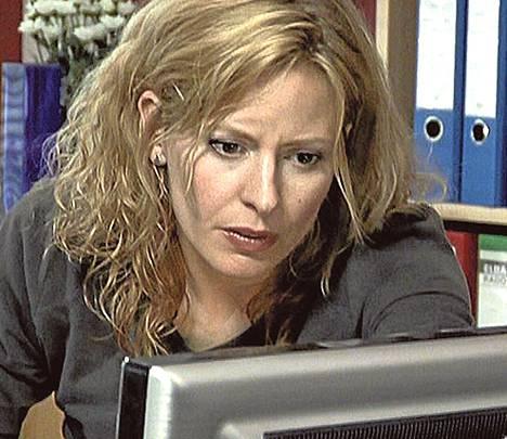 Lára (Sara Dögg Ásgeirsdóttir) saa työpaikan toimittajana.