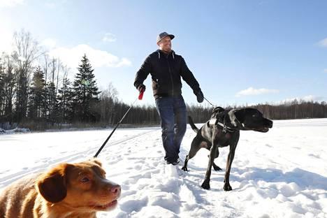 Koirat Ruuti (vas.) ja Ukko ovat Markus Syrjäselle tärkeitä.