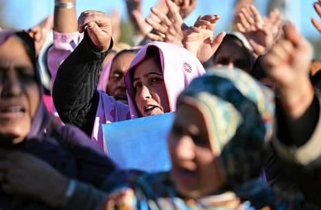Rokotusohjelmassa mukana olevat naiset osoittivat mieltään rokotusta jakaneiden naisten surmia vastaan Islamabadissa keskiviikkona.