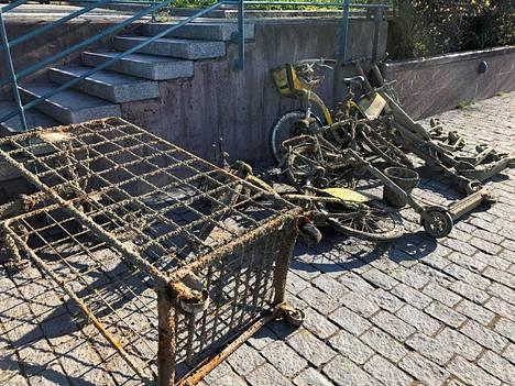 Pyörien ja potkulautojen lisäksi kanavan pohjasta löytyi esimerkiksi rullakko.