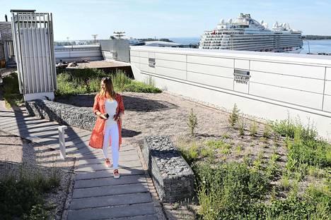 Taina Suonio Jätkäsaaren Vihreistä vihrein -talon kattoterassilla toukokuussa 2018.