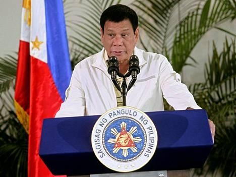 Filippiinien presidentti Rodrigo Duterte puhui maanantaina lentokentällä ennen lähtöään Laosiin.