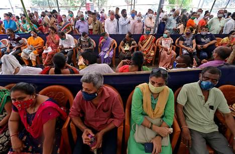 Ihmiset jonottivat koronavirusrokotukseen Mumbaissa maanantaina.
