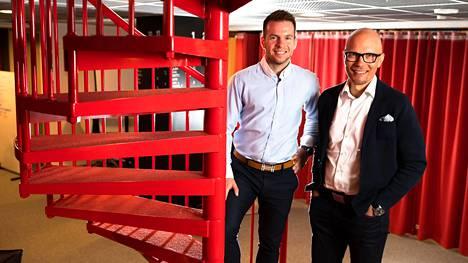 """Mikko Kuitunen (vas.) ja Mika Sutinen kirjoittivat kirjan mokista. Kuitusen mukaan moka ja sen salliminen on organisaatiolle investointi, jolle pitäisi saada tuotto. """"Se voi parhaimmillaan olla oivallus tai oppi, joka edesauttaa kehittymistä."""""""