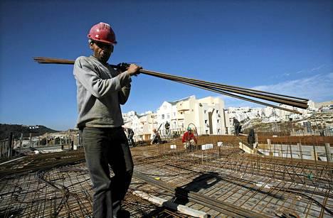 Palestiinalainen rakennusmies Länsirannan juutalaisessa siirtokunnassa joulukuussa 2009. Israelin ja Palestiinan rauhanneuvottelut jatkuvat keskiviikkona. Israel kertoi sunnuntaina, että se aikoo rakentaa yli tuhat uutta asuntoa juutalaisille Länsirannalle ja itäiseen Jerusalemiin.