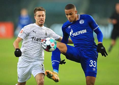 Schalken Malick Thiaw (oik.) kamppaili pallosta Mönchengladbachin Patrick Herrmannin kanssa marraskuussa 2020.