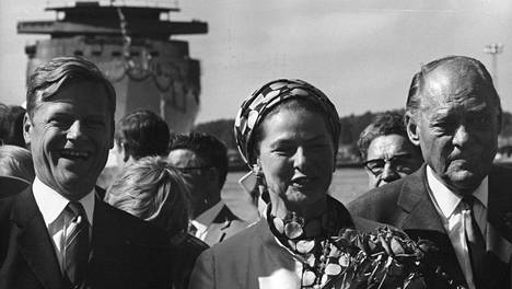 """""""Hienoin näkemäni vesillelasku"""", huudahti laivanvarustaja Arne Wilhelmsen (vas.). Ingrid Bergmanin toisella puolen laivanvarustaja Sigurd Skaugen."""