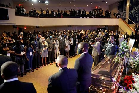 George Floydin muistotilaisuuden osallistujia torstaina Minneapolisissa Yhdysvalloissa.