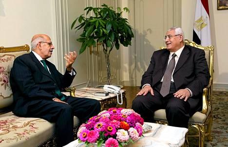 Adly Mansour (oik.) tapasi pääministeri Mohamed ElBaradein lauantaina Kairossa.