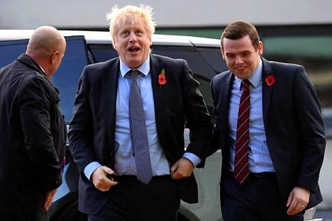 Pääministeri Boris Johnson ja Douglas Ross kampanjatilaisuudessa Elginissä Skotlannissa marraskuussa 2019.