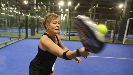 Marja Tulikoura kokeili padelia Espanjassa ja jäi heti koukkuun. Keskiviikkona Tulikoura pelasi vakiovuorollaan Espoon Kerassa sijaitsevassa Padel Housessa.