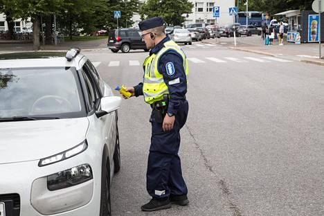 Poliisi on keskeyttänyt puhallutusratsiat koronaviruksen takia ainakin kesäkuun alkuun asti. Yksittäisiä kuljettajia puhallutetaan edelleen tarvittaessa.