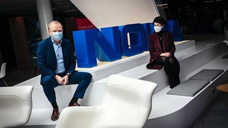 Nokian toimitusjohtaja Pekka Lundmark ja hallituksen puheenjohtaja Sari Baldauf yhtiön pääkonttorin aulassa Espoossa.