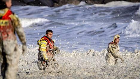 Pelastajat etsivät kadoksissa olevia vesiurheilijoita Scheveningenin rannalla Hollannissa tiistaina 12. toukokuuta.