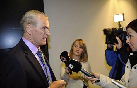 Urheiluopistosäätiön hallituksen puheenjohtaja Markku Pohjola vastasi toimittajien kysymyksiin Helsingin käräjäoikeudessa.