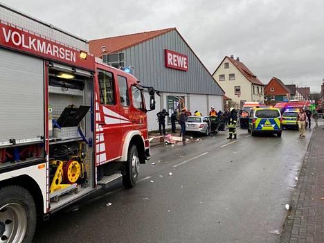 Pelastustyöntekijöitä onnettomuuspaikalla Volkmarsenissa maanantaina.