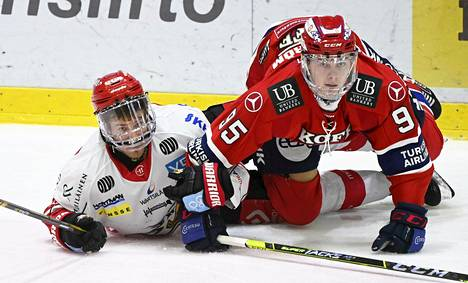 HIFK's Henrik Borgström (right) and Sport's Aaro Vidgren in the ice in the league's final round match.