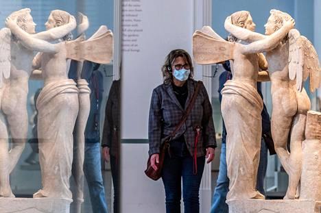 Museovieras berliiniläisessä Altes Museumissa tiistaina, kun koronarajoituksia on helpotettu muun muassa museoiden ja näyttelyjen osalta.