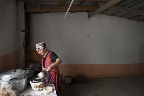 Gulzira Auelkhan keittää teetä kotonaan Akshin kylässä Kazakstanissa. Kuva on otettu elokuussa 2019.