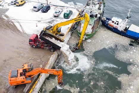 Viime talvena Hernesaaressa kaadettiin noin 20 000 kuormallista lunta suoraan puhdistamattomana mereen.