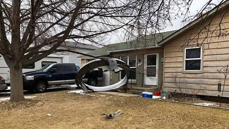 Broomfieldin poliisi julkaisi kuvia lentokoneen osista, joita oli pudonnut muun muassa talojen pihoille Denverissä Coloradon osavaltiossa.