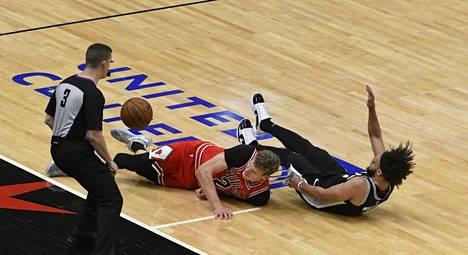 San Antonio Spursin Derrick White (oik.) esti Lauri Markkasen etenemistä virheen arvoisesti.