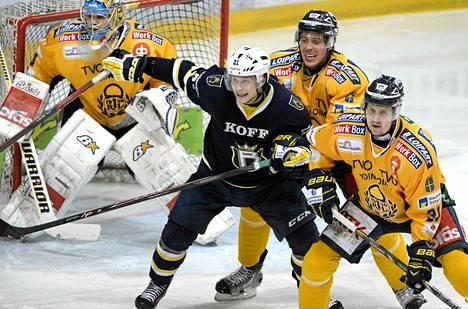 Aki Uusikartano (oik.) väänsi Bluesin Valtteri Virkkusen kanssa keskiviikkona.