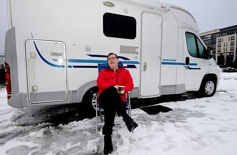 """Raisiolainen Esa Wendelin kurvasi perjantaina Fiat Ducatonsa Rastilan leirintäalueelle. """"Lämmitys pelaa pakkasellakin. Ei mene kuin tunti, niin auto on sisältä lämmin"""", hän sanoo."""