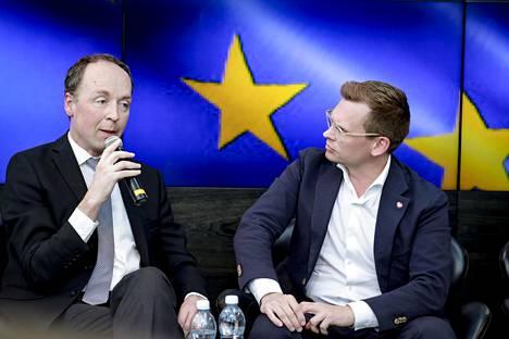 Perussuomalaisten Jussi Halla-Aho ja Sdp:n puoluesihteeri Antton Rönnholm HS:n eurovaalitentissä tiistaina.