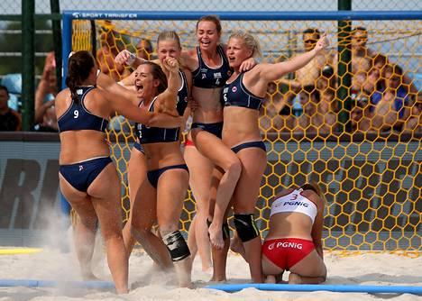 Norjan aloitteesta bikinit ovat poistumassa rantakäsipallon pakollisina peliasuina. Kuva vuoden 2017 EM-finaalista, jossa Norja kaatoi Puolan.