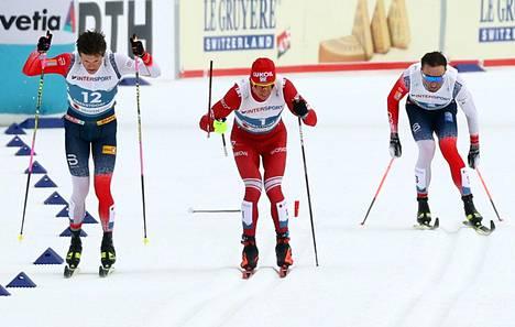 Venäläisen Aleksandr Bolšunovin (keskellä) sauva katkesi, kun Norjan Johannes Høsflot Klæbo (vas.) ohitti hänet loppusuoralla. Oikealla Norjan Emil Iversen.