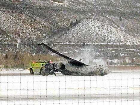 Pienen suihkukoneen mustunut runko Aspenin lentokentällä Coloradossa. Kone oli lähtenyt Tucsonista Arizonasta.
