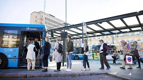 Junaliikenteen lakko alkoi kello 18 maanantaina, mikä näkyi heti jonoina Helsingin Elielinaukion bussipysäkeillä.