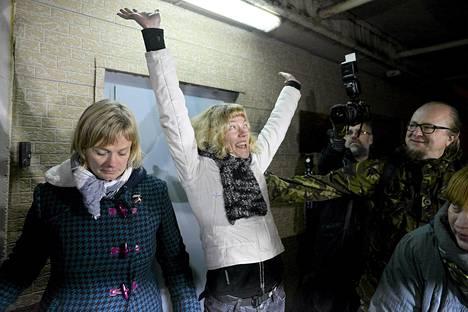 Greenpeace-aktivisti Sini Saarela juhlii päästyään pietarilaisesta vankilasta takuusumman maksamisen jälkeen. Vasemmalla Greenpeacen tiedottaja Birgitte Lesanner.