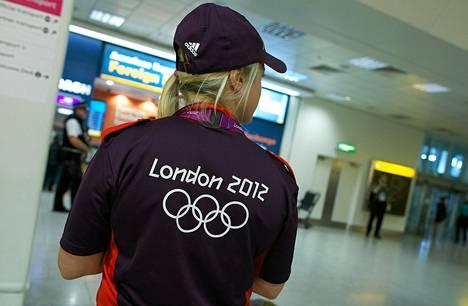 Kisavirkailija odotteli maanantaina olympiaurheilijoiden saapumista Heathrow'n kansainvälisellä lentokentällä.