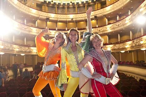 Svenska Teaternin Mamma Mia -musikaalissa esiintyivät vuonna 2015 muun muassa Veera Railio, Mia Hafren sekä Anna Hultin.