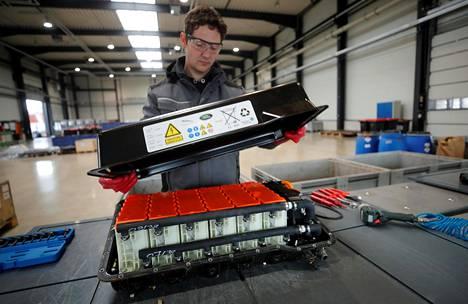Tehtaissa tuotettaisiin litiumioniakkujen valmistuksessa tarvittavia materiaaleja. Työntekijä purkaa käytettyä auton litiumioniakkua kierrätystä varten Saksassa.