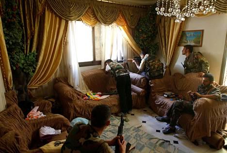 SYYRIAN PITKÄ SOTA. Syyrian sisällissodan voidaan katsoa alkaneen vuoden 2011 arabikevään liikehdinnän myötä. Konflikti laajeni koko maan laajuiseksi sodaksi keväällä ja kesällä 2012. Kapinallisjoukkojen tarkka-ampujat olivat majoittautuneet aleppolaiseen kerrostaloasuntoon elokuussa 2012.