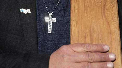 Joosua-Mission Timo Valtonen kantoi ristiä Jeesus-marssilla vappuna.