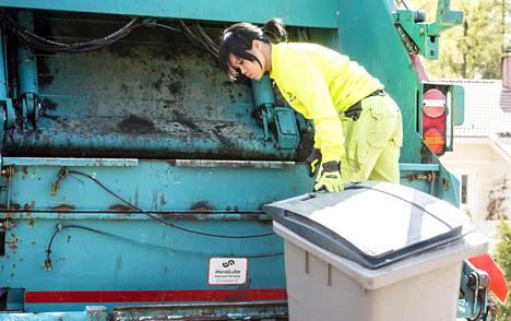 Anna Karvonen on työskennellyt roskakuskina lähes kahden vuoden ajan.