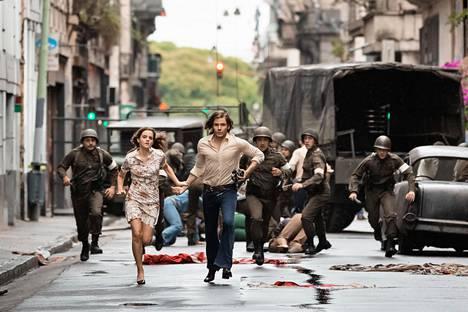 Eurooppalaiset rakastavaiset (Emma Watson ja Daniel Brühl) sankaroivat 1970-luvun Chilessä.
