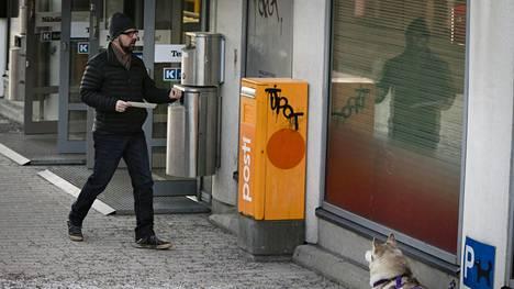 """Yksi HS:n omaan kirjekuorikokeeseen Helsingin Meilahden ja Pikku Huopalahden rajamailla osallistuneista ohikulkijoista oli Jari Roti. """"Muistin, että tässä on postilaatikko ja laitoin kirjeen laatikkoon."""""""